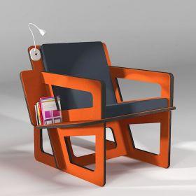 Fauteuil de lecture en Valchromat orange, taillé sur-mesure, dossier mi-hauteur. Liseuse en option